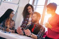 Imagem dos arquitetos novos que discutem no escritório Imagem de Stock Royalty Free