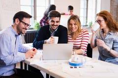 Imagem dos arquitetos novos que discutem no escritório imagens de stock royalty free