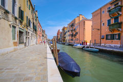 imagem dos barcos em um canal em Veneza Foto de Stock Royalty Free
