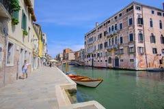 imagem dos barcos em um canal em Veneza Imagens de Stock