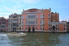 imagem dos barcos em um canal em Veneza Fotos de Stock