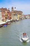 imagem dos barcos em um canal em Veneza Fotografia de Stock Royalty Free