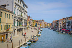 imagem dos barcos em um canal em Veneza Foto de Stock