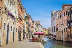 imagem dos barcos em um canal em Veneza Imagem de Stock