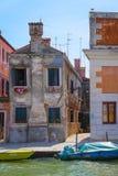 imagem dos barcos em um canal em Veneza Imagem de Stock Royalty Free