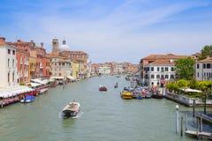 imagem dos barcos em um canal em Veneza Fotos de Stock Royalty Free