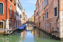 imagem dos barcos em um canal em Veneza Fotografia de Stock