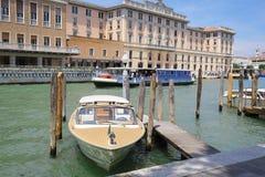 imagem dos barcos em um canal em Veneza Imagens de Stock Royalty Free