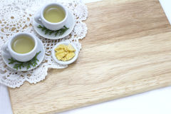 Imagem dos copos do chá e do petisco com fundo de madeira Imagem de Stock Royalty Free