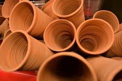 A imagem dos copos feitos da lama ou da areia chamou kulhad/kullhad usado para servir a bebida indiana autêntica chamou o lassie/ fotografia de stock