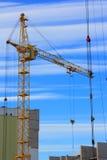 Imagem dos guindastes de torre com céu azul - foto conservada em estoque Imagem de Stock Royalty Free