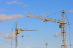 Imagem dos guindastes de torre com céu azul - foto conservada em estoque Imagens de Stock Royalty Free