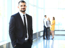 Imagem dos homens de negócios novos espertos que olham a câmera Fotografia de Stock Royalty Free