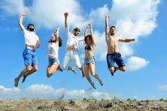 Imagem dos jovens que saltam junto exterior imagem de stock royalty free