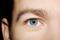 Imagem dos olhos azuis do ` s do homem fotografia de stock
