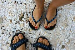 Imagem dos pés do par na praia do mármore de Thassos Imagem de Stock Royalty Free