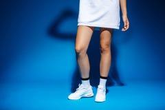 Imagem dos pés novos do ` s da menina do jogador de tênis no estúdio foto de stock royalty free