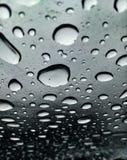 Imagem dos pingos de chuva na grande estação das chuvas do contraste imagem de stock royalty free