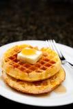 Imagem dos waffles cobertos no xarope de bordo Imagens de Stock Royalty Free