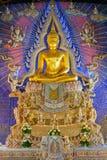 Imagem dourada bonita da Buda com decoros da estátua do deus e da deusa foto de stock royalty free