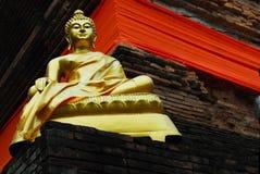 Imagem dourada da Buda no templo de Lokmoli Fotos de Stock Royalty Free