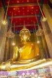 Imagem dourada grande da Buda em Wat Kalayanamitr, templo tailandês real Fotografia de Stock