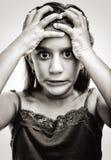 Imagem dramática de uma menina latin com uma face irritada imagens de stock