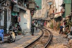 Imagem editorial da calha dos trilhos a cidade de Hanoi, Vietname - Em janeiro de 2014 Imagem de Stock Royalty Free