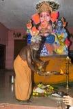 Imagem editorial documentável Devotos em torno da estátua FO do ganesha o festival Imagem de Stock