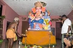 Imagem editorial documentável Devotos em torno da estátua FO do ganesha o festival Imagens de Stock Royalty Free