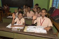 Imagem editorial documentável Os alunos não identificados estudam na sala de aula na escola pública do governo Fotos de Stock Royalty Free