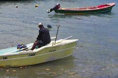 Imagem editorial documentável Pescador no barco de madeira pequeno Imagem de Stock