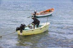 Imagem editorial documentável Pescador no barco de madeira pequeno Fotos de Stock Royalty Free
