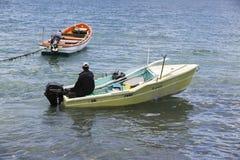 Imagem editorial documentável Pescador no barco de madeira pequeno Fotografia de Stock