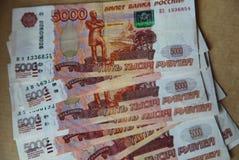 A imagem espalhou para fora como cédulas de um fã do banco central da Federação Russa com valor nominal de 5 mil rublos imagens de stock