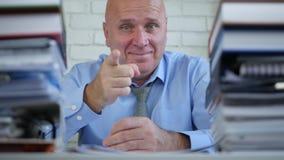 Imagem feliz do homem de negócios nos polegares do escritório acima do sorriso e de apontar com dedo vídeos de arquivo
