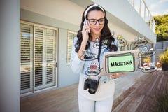 Imagem gerada Digital da mulher que usa o telefone celular e o portátil com diagrama do mercado fotografia de stock royalty free