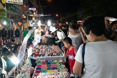 A imagem granulado aglomerou povos reais na rua no mercado asiático da noite Imagem de Stock Royalty Free