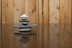 Imagem horizontal da cor de uma pilha de rochas e de uma concha do mar Foto de Stock