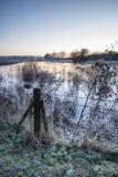 Imagem inglesa vibrante bonita do lago do campo com geada e Foto de Stock