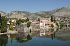 Imagem invertida das construções velhas na cidade de Trebinje, Bosni Imagens de Stock