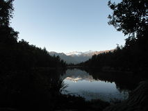 Imagem invertida no lago Matheson New Zealand Fotografia de Stock Royalty Free