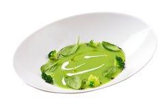 Imagem isolada da sopa de ervilha verde com brócolis Imagem de Stock Royalty Free