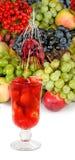 Imagem isolada de um cocktail da morango e de um vário close-up dos vegetais Fotografia de Stock
