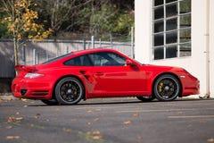 Imagem lateral do turbocompressor vermelho de Porsche 911 imagem de stock royalty free