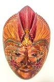 A imagem livre com direitos de autor ou a imagem do batik pintaram a máscara de madeira no marrom avermelhado imagens de stock royalty free