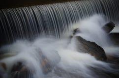 Imagem longa da exposição de uma cachoeira Imagens de Stock Royalty Free