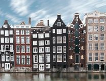 Imagem longa da exposição do architec velho tradicional da cidade de Amsterdão fotografia de stock royalty free