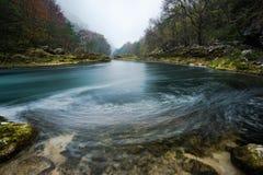 Imagem longa da exposição do fluxo do rio de Una em Bósnia imagens de stock royalty free