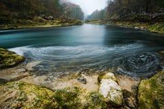 Imagem longa da exposição do fluxo do rio de Una em Bósnia fotos de stock royalty free